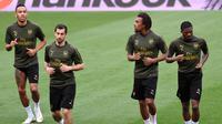 Pemain Arsenal, Pierre-Emerick Aubameyang, Henrikh Mkhitaryan, Alex Iwobi dan Ainsley Maitland-Niles melakukan pemanasan selama latihan di stadion Mestalla, Spanyol (8/5/2019). Arsenal akan bertanding melawan Valencia pada leg kedua babak semifinal Liga Europa di Mestalla. (AFP Photo/Jose Jordan)