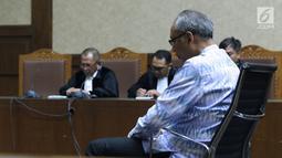 Terdakwa perintangan penyidikan korupsi E-KTP, Bimanesh Sutarjo saat sidang putusan di Pengadilan Tipikor, Jakarta, Senin (16/7). Bimanesh dinyatakan bersalah dan dijatuhi hukuman tiga tahun penjara, denda Rp 150 juta. (Liputan6.com/Helmi Fithriansyah)