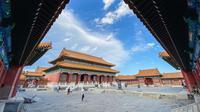 Foto yang diabadikan dengan kamera ponsel ini menunjukkan orang-orang mengunjungi Museum Istana di Beijing, China, 1 September 2020. Museum Istana dibangun di atas bekas kompleks kekaisaran China pada 1925. (Xinhua/Meng Chenguang)