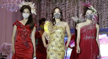 Para model mengenakan masker dalam peragaan busana di Seoul, Korea Selatan, Jumat (24/7/2020). Peragaan busana ini digelar di tengah pandemi COVID-19 yang melanda dunia. (AP Photo/Lee Jin-man)