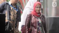 Istri mantan Menpora Imam Nahrawi, Shobibah Rohmah tiba di Gedung KPK, Jakarta, Kamis (19/12/2019). Shobibah Rohmah diperiksa sebagai saksi dalam perkara kasus dugaan suap dana hibah KONI yang menjerat suaminya. (merdeka.com/Dwi Narwoko)