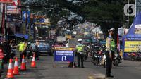 Petugas gabungan melakukan penyekatan di check point penyekatan arus mudik di kawasan Pasar Mudik, Bogor, (7/5/2021). Penyekatan pemudik pada jalur alternatif Parung diberlakukan jelang Lebaran guna mengantisipasi risiko peningkatan kasus COVID-19. (merdeka.com/Arie Basuki)
