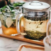 ilustrasi menyeduh teh/Photo by Massimo Rinaldi on Unsplash