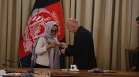 Menteri Luar Negeri RI Retno Marsudi menerima penghargaan berupa bintang kehormatan Malalai dari pemerintah Afghanistan. (Kemlu RI)