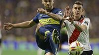 Gelandang berbakat River Plate Exequiel Palacios (kanan) diinginkan AC Milan (ALEJANDRO PAGNI / AFP)