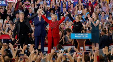 Capres AS dari Partai Demokrat, Hillary Clinton bersama penyanyi Lady Gaga dan Jon Bon Jovi saat kampanye di Releigh, North Carolina, AS (8/11). Pilpres AS 2016 diadakan pada 8 November 2016 dan menjadi pilpres empat tahunan ke-58. (REUTERS/Chris Keane)