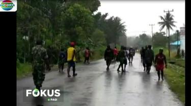 Mereka saling serang menggunakan panah, bentrokan ini dipicu tewasnya dua pemuda yang dianiaya kelompok tak dikenal.