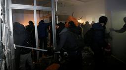 Para demonstran saat menyerang bank Rusia, Sberbank di Kyiv, Ukraina, (21/11). Tragedi kerusuhan 2014  memprotes digulingkannya Presiden Viktor Yanukovych yang dianggap setia kepada Rusia. (REUTERS/Valentyn Ogirenko)