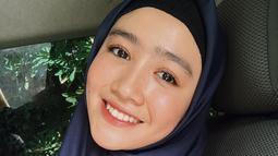 Febby Rastanty nampak anggun dan natural dalam potretnya berhijab. Dengan pulasan makeup tipis dan hijab biru tua, gayanya sederhana namun tetap modis. (Liputan6.com/IG/@febbyrastanty)