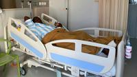 Jacksen Tiago opname di National Hospital Surabaya setelah menjalani operasi kaki kanan. (Bola.com/Gatot Susetyo)