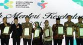 Menkes Terawan Agus Putranto (kedua kiri) bersama peraih Anugerah Menteri Kesehatan 2019 di Jakarta, Selasa (12/11/2019). Penghargaan diberikan kepada yang berjasa dalam pembangunan bidang kesehatan, salah satunya Komisaris Utama Emtek Grup Eddy Sariaatmadja (kedua kanan). (Liputan6.com/Johan Tallo)