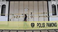 Garis Satpol PP terbentang di depan Diskotek Old City yang disegel di Tambora, Jakarta, Selasa (23/10). Satpol PP DKI menutup sementara Diskotek Old City tadi malam karena adanya penemuan pemakaian narkoba di lokasi tersebut (Merdeka.com/Iqbal S. Nugroho)