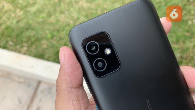 Penampakan dua kamera Zenfone 8. (Liputan6.com/ Yuslianson)