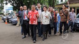 Mantan Wakil Menkumham Denny Indrayana (tengah) didampingi kuasa hukumnya mendatangi Bareskrim Polri, Jakarta, Jumat (27/3/2015). Denny diperiksa sebagai tersangka kasus dugaan korupsi payment gateway di Kemenkumham tahun 2014. (Liputan6.com/Helmi Afandi)