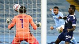 Striker Manchester City, Gabriel Jesus, melepaskan tendangan ke gawang Olympiakos pada laga Liga Champions di Stadion Etihad, Rabu (4/11/2020). Manchester City menang dengan skor 3-0. (AP/Dave Thompson)