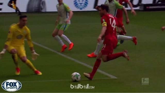 Berita video momen skill perpaduan Cristiano Ronaldo dan Lionel Messi yang ditunjukkan bek FC Koln, Jonas Hector, pada laga terakhir di Bundesliga 2017-2018. This video presented by BallBall.