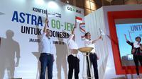 CEO Go-Jek Nadiem Makarim (kiri), Menkominfo Rudiantara, dan Presdir Astra International Prijono Sugiarto setelah penandatanganan kesepakatan investasi Astra kepada Go-Jek di Jakarta, Senin (12/2/2018). Liputan6.com/ Agustin Setyo Wardani