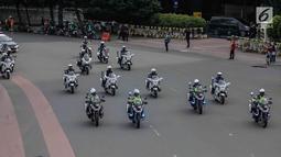 Sejumlah motor Patroli Pengawalan (Patwal) mengawal konvoi arak-arakan Piala Presiden 2018 yang baru saja diraih Persija Jakarta di kawasan Sudirman, Minggu (18/2). Persija Jakarta mengubur impian Bali United dengan skor, 3-0. (Liputan6.com/Faizal Fanani)