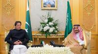 Perdana Menteri Pakistan Imran Khan berbincang bersama dengan Raja Salman dari Kerajaan Arab Saudi (AP/Saudi Press Agency)