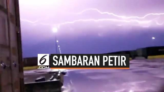 Langit Texas menjadi terang benderang setelah petir berulang kali menyambar. Fenomena ini terjadi pada 23 Juni lalu.