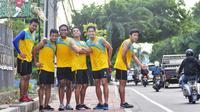 Pemain Arema Cronus saat berjalan menuju tempat latihan di Kuta, Bali, menjelang laga melawan Persipura Jayapura, Minggu (27/3/2016). (Bola.com/Iwan Setiawan)