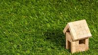 Jika Anda termasuk orang yang sibuk dan hampir tak punya waktu untuk mengurus tanaman, rumput buatan bisa menjadi pilihan.