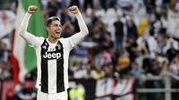 Striker Juventus, Cristiano Ronaldo, melakukan selebrasi usai meraih gelar juara Serie A 2019 di Stadion Juventus, Sabtu (20/4). Juventus menang 2-1 atas Fiorentina. (AP/Luca Bruno)
