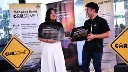 Marketing Manager Carsome Indonesia Maria Francisca dan Country Manager Carsome Indonesia Andreas Djingga berbincang di sela-sela peluncuran kampanye Carsome #YakinGakMauIkutanMobilGoyang, di Jakarta, Selasa (30/4). (Liputan6.com/HO/Wahyu)