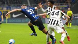 Pemain Inter Milan Skriniar (kiri)dan pemain Juventus Dejan Kulusevski serta Juan Cuadrado berebut bola pada pertandingan Serie A di Stadion San Siro, Milan, Italia, Minggu (24/10/2021). Pertandingan berakhir dengan skor 1-1. (AP Photo/Luca Bruno)