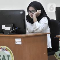 Ekspresi peserta saat mengikuti Seleksi Kompetensi Dasar (SKD) berbasis Computer Assisted Test (CAT) untuk CPNS Kementerian Agraria Tata Ruang/Badan Pertanahan Nasional (ATR/BPN) di Kantor BKN Regional V, Jakarta, Senin (27/1/2020). Seleksi diikuti 2.162 peserta. (merdeka.com/Iqbal Nugroho)