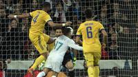 Momen saat bek Juventus, Mehdi Benatia (kiri) dianggap menjatuhkan Lucas Vazquez (CURTO DE LA TORRE / AFP)