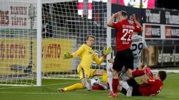 Gelandang Bayer Leverkusen, Kai Havertz, mencetak gol ke gawang Freigurg pada laga pekan ke-29 Bundesliga 2019/20 di Schwarzwald-Stadion, Sabtu (30/5/2020) dini hari WIB. Leverkusen menang 1-0 atas Freiburg. (AFP/Ronald Wittek/pool)