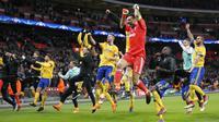 Para pemain Juventus merayakan kemenangan usai menekuk Tottenham Hotspur pada laga Liga Champions di Stadion Wembley, London, Rabu (7/3/2018). Tottenham Hotspur takluk 1-2 dari Juventus. (AP/Frank Augstein)