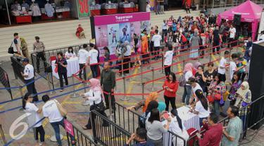 Warga mengantre mendapatkan Tupperware gratis di Jakarta, Selasa (12/4). 2500 Tupperware dibagikan secara gratis sebagai dukungan untuk membangun pola hidup sehat, hemat, dan ramah lingkungan melalui kebiasaan membawa bekal. (Liputan6.com/Gempur M Surya)