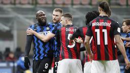 Romelu Lukaku tak bisa menahan amarahnya ketika mendapat ucapan berbau rasisme dari Zlatan Ibrahimovic.  (Foto: AP/Antonio Calanni)