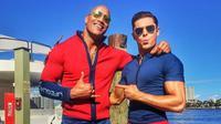 The Rock dan Zac Efron berpose di lokasi syuting Baywatch. (Instagram)