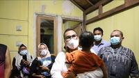 Pemkot Tangerang Selatan menjemput balita laki-laki yang diduga menjadi korban penganiayaan ibu tiri di Pondok Aren, Kota Tangerang Selatan (Tangsel), Banten, Jumat (20/8/2021). (Liputan6.com/Pramita Tristiawati)