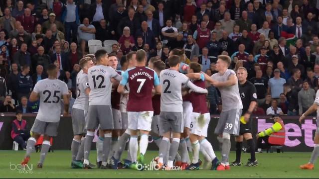 Sempat terjadi kericuhan saat Manchester United bertamu ke markas West Ham. This video is presented by Ballball.