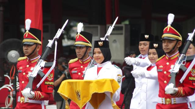 Untuk Tim Bangsa Ini Paskibraka Putri Dari Sumatera Selatan Zanati Tahta Umahati Yang Dipercaya Sebagai Pembawa Baki Di Sore Hari