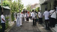 Presiden Jokowi bersiap salat jenazah ibundanya. (Fajar Abrori/Liputan6.com)