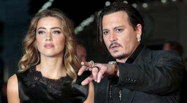 20151012-Johnny Depp Tampil Mesra dengan Istri Pada Pemutaran Film Black Mass
