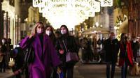 Orang-orang memakai masker untuk mengekang penyebaran virus corona COVID-19 saat berjalan di Roma, Italia, Senin  (14/12/2020). Kasus COVID-19 di Italia mencapai 1.855.737 kasus, 65.011 orang meninggal dunia, dan 1.115.617 orang sembuh. (Cecilia Fabiano/LaPresse via AP)