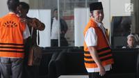 Bupati Lampung Selatan nonaktif Zainudin Hasan (kanan) mendatangi Gedung KPK untuk pemeriksaan, Selasa (9/10). Adik Ketua MPR Zulkifli Hasan itu diperiksa untuk melengkapi berkas penyidikan Kadis PUPR Lampung Selatan Anjar Asmara (Merdeka.com/Dwi Narwoko)