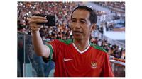Presiden Jokowi merekam menit-menit akhir pertandingan final Piala Presiden 2018 (Foto:Biro Pers Setpres via Instagram Jokowi)
