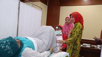 Sebanyak 150 karyawan di unit lingkungan Kementerian Ketenagakerjaan mengikuti mengikuti tes IVA, atau pemeriksaan leher rahim (serviks) sebagai langkah deteksi dini ada tidaknya kanker serviks.