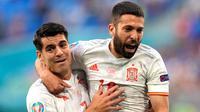 Pemain Spanyol, Jordi Alba (kanan) melakukan selebrasi setelah gol pertama timnya tercipta ketika pertandingan Perempatfinal Euro 2020 melawan Swiss di Stadion Krestovsky, Saint Petersburg pada Jumat (02/06/2021). (AFP/Pool/Dmitri Lovetsky)