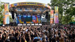 """Sejumlah penonton menyaksikan aksi panggung Backstreet Boys saat saat tampil di ABC """"Good Morning America"""" di SummerStage di Rumsey Playfield, Central Park, New York (13/7). (AFP Photo/Michael Loccisano)"""