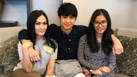 Bukan hanya dengan mamanya, Devano juga sangat dekat dengan kakak perempuannya yang sekarang tengah menempuh pendidikan di luar negeri. (Instagram/isdadahlia)