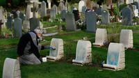 Petugas membersihkan batu nisan kuburan Harefield di Hillingdon, Inggris, Rabu (23/11). Kuburan prajurit Australia & New Zealand yang tewas pada Perang Dunia I dicoret dengan graffiti kedua kalinya dalam 7 bulan terakhir di London (REUTERS/Stefan Wermuth)
