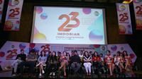 Direktur Programming SCM, Harsiwi Achmad, dan para artis pengisi yang turut memeriahkan ultah saat menggelar jumpa pers HUT Indosiar ke-23 di SCTV Tower, Senayan, Jakarta Pusat, Rabu (20/12/2017). (Nurwahyunan/Bintang.com)